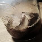 3. Videz le café sur les glaçons. Si vous voulez sucrer, c'est ici.