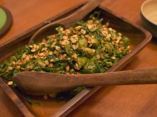 Salade de choux de Bruxelles décorée de graines de citrouilles